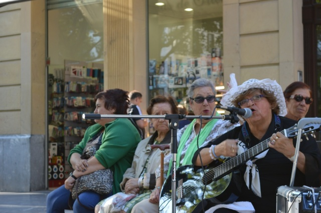 Lady singing in San Sebastian September 2014